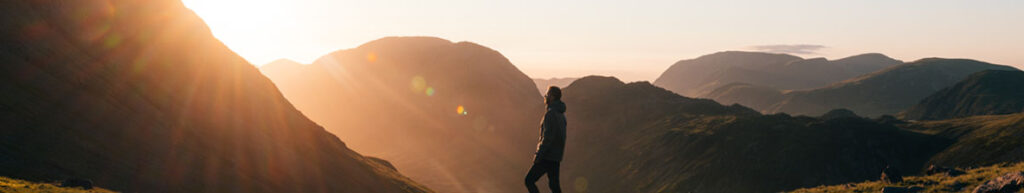 Hombre en montaña respirando tranquilo y superando la ansiedad